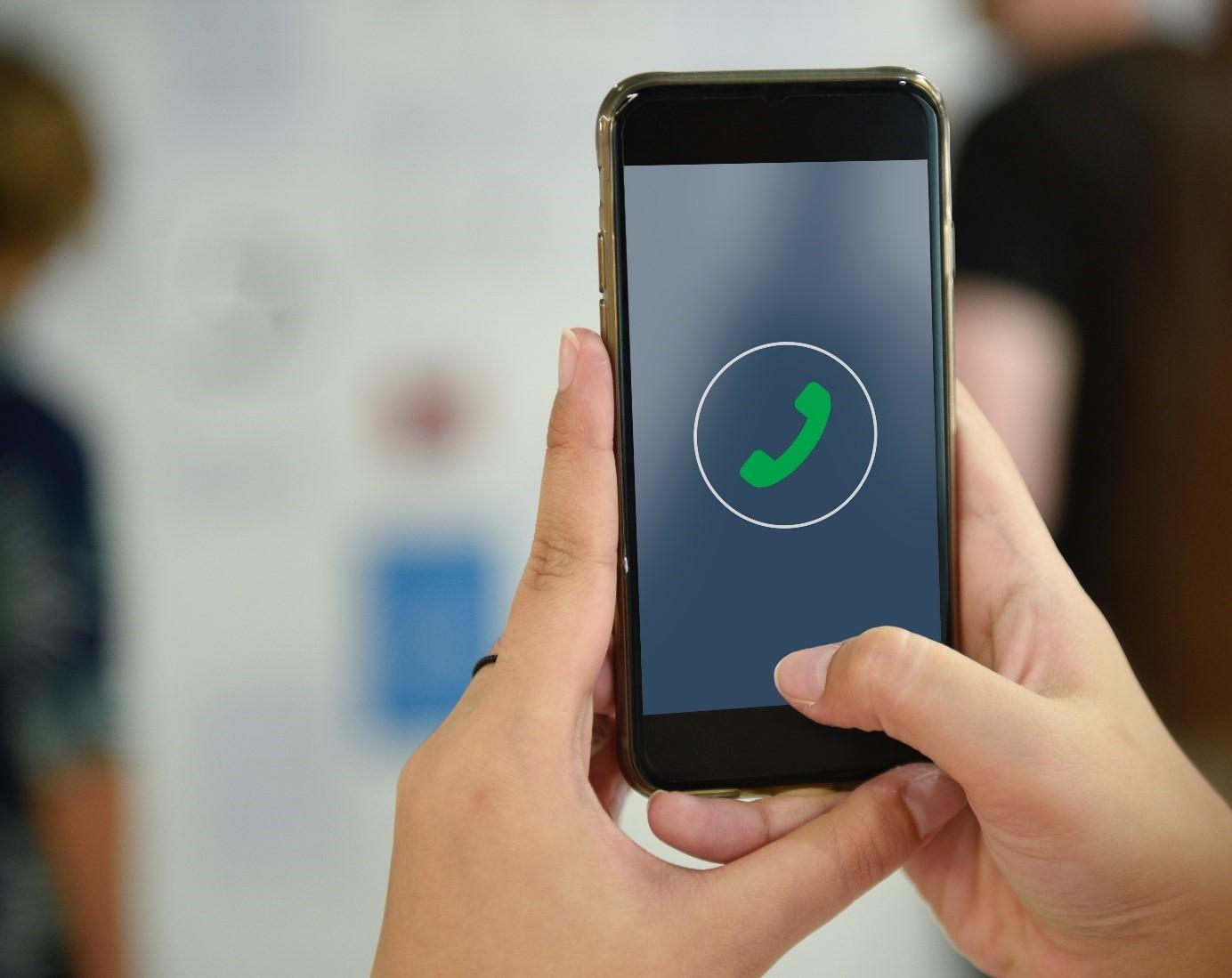 Eingehender Anruf auf dem Handy - Telefonkonferenzen mit Voice-over-IP (VoIP) von myTelc