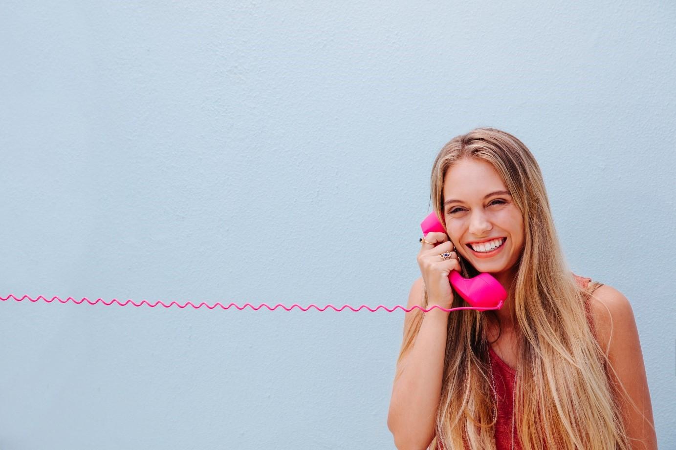 Frau mit Telefon - Vorteile Telefonkonferenzen