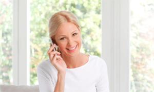 Frau am Telefon Telefonkonferenz
