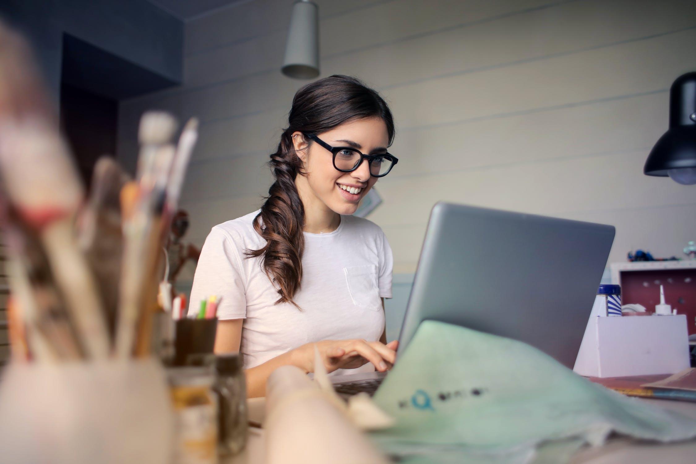 Frau am Laptop - Sinnvolle Nutzung von Telefonkonferenzen für Werbeagenturen
